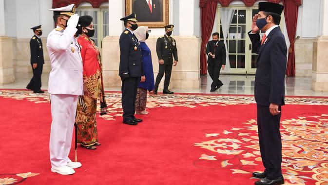 Presiden Joko Widodo (kanan) memberikan ucapan selamat kepada Kepala Staf Angkatan Laut (KSAL) Laksamana TNI Yudo Margono (kiri) seusai dilantik di Istana Negara, Jakarta, Rabu (20/5/2020). (ANTARA FOTO/Hafidz Mubarak A/POOL)