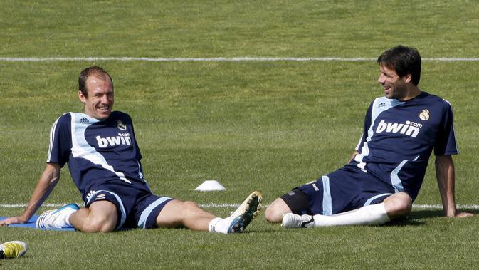 Pemain Real Madrid Ruud Van Nistelrooy (kanan) dan Arjen Robben (kiri) melakukan pemanasan pada sesi latihan di Madrid, Spanyol, Jumat (2/5/2008).(EPA/Juan Carlos Hidalgo)