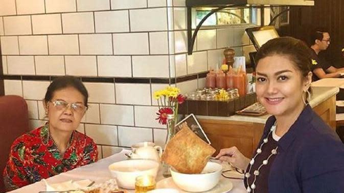 Kebersamaan Bella Saphira dan ibunya, Elfrida Victoria Simatupang (Dok.Instagram/@bellasaphiraofficial/https://www.instagram.com/p/B5b-09FnS5A/Komarudin)