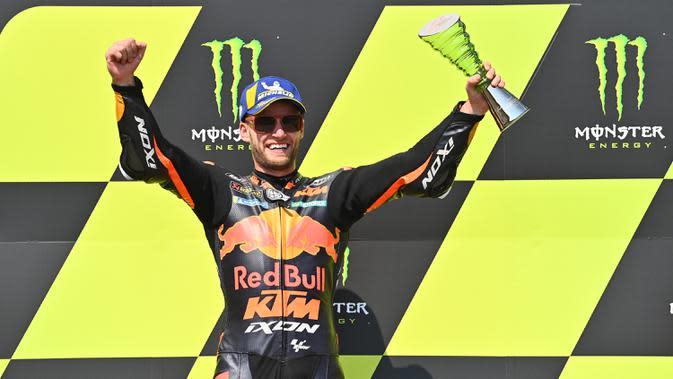 Pembalap KTM asal Afrika Selatan Brad Binder melakukan selebrasi usai memenangkan MotoGP Ceko di Sirkuit Masaryk, Brno, Republik Ceko, Minggu (9/8/2020). Brad Binder berhasil menjadi juara setelah menjadi yang tercepat di balapan yang digelar sebanyak 21 lap. (Joe Klamar/AFP)