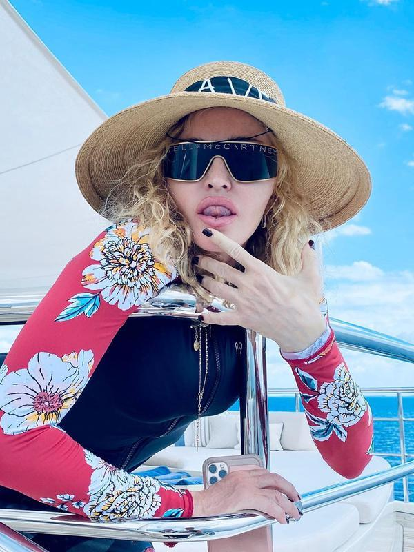 Madonna saat liburan ke Maldives. (dok. Instagram @madonna/https://www.instagram.com/p/B662jsAh1-p/Putu Elmira)