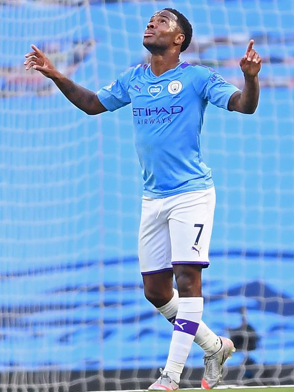 Gelandang Manchester City, Raheem Sterling berselebrasi usai mencetak gol ke gawang Liverpool pada pertandingan lanjutan Liga Inggris di Stadion Etihad di Manchester, Inggris (2//7/2020). City menang telak 4-0 atas Liverpool. (AFP/Pool/Laurence Griffiths)