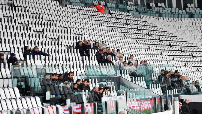Sejumlah orang menyaksikan pertandingan Serie A antara Inter Milan dan Juventus di Allianz Stadium, Turin, Italia, Minggu (8/3/2020). Pertandingan yang dimenangkan Juventus 2-0 itu digelar tanpa penonton akibat kekhawatiran akan penyebaran virus corona (COVID-19). (Marco Alpozzi/LaPresse via AP)