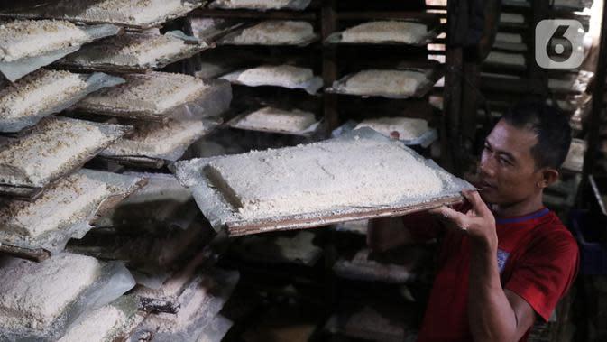 Pekerja menyusun cetakan oncom di sebuah industri skala kecil , kawasan Sudimara Barat, Ciledug, Tangerang, Selasa (15/9/2020). Produksi oncom untuk memenuhi kebutuhan pasar di kawasan Tangerang tersebut dijual seharga Rp 5.000 setiap nampannya. (Liputan6.com/Angga Yuniar)