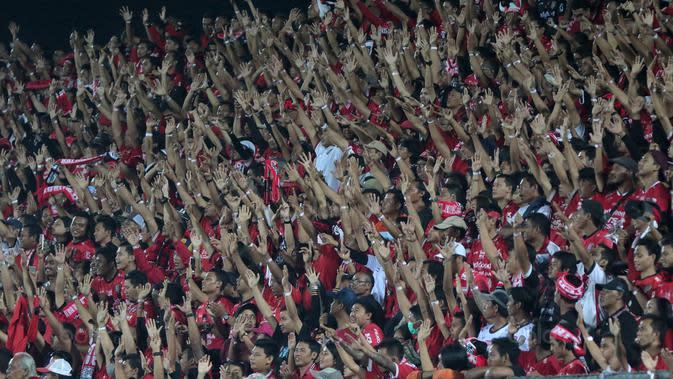Suporter Bali United. (Bola.com/NIcklas Hanoatubun)