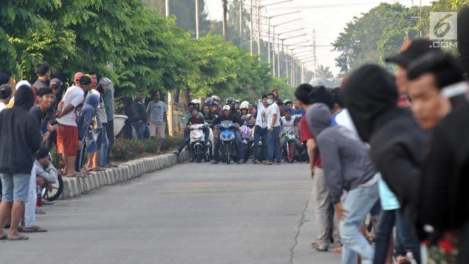 Pembalap bersiap memacu motornya saat ikut dalam balapan liar di Jakarta, Minggu (27/5) pagi. Balapan liar masih menjadi kegiatan favorit remaja di Ibu Kota dalam menghabiskan waktu Minggu pagi di bulan Ramadan. (Merdeka.com/Iqbal S Nugroho)
