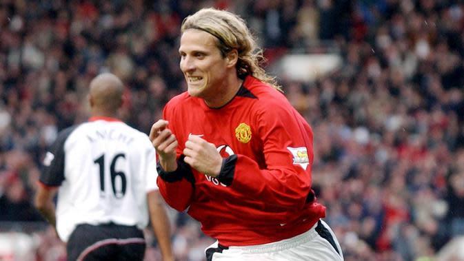 Diego Forlan (Villarreal) - Kesempatan bermain yang jarang didapat membuat Diego Forlan memilih hengkang dari Old Trafford pada 2004 menuju Villareal dan menjadi Topskorer La Liga dengan 25 gol di musim perdananya. (AFP/Paul Barker)