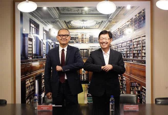 鴻海董事長劉揚偉(右)與國巨董事長陳泰銘(左)雙方擊肘合影,攜手前進3+3領域。(圖/鴻海提供)