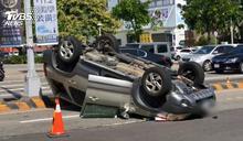 法籍男左轉 遭闖燈轎車撞翻車底朝天轉1圈