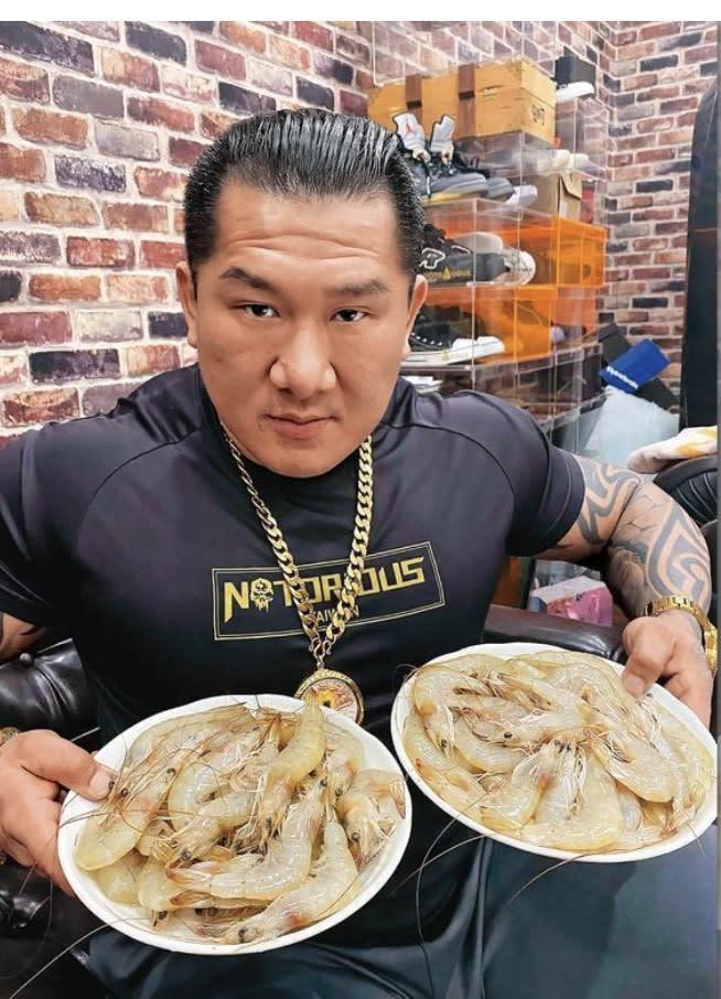 館長於上月直播現場指出台灣蝦在養殖過程添加藥物,引發蝦農不滿。圖:取自館長粉絲專頁