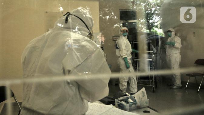Aktivitas tim medis saat menangani pasien dalam pengawasan (PDP) virus corona atau COVID-19 di ruang isolasi Gedung Pinere, RSUP Persahabatan, Jakarta Timur, Rabu (4/3/2020). Sebanyak 10 dari 31 pasien yang dipantau dan diawasi RSUP Persahabatan merupakan pasien rujukan. (merdeka.com/Iqbal Nugroho)