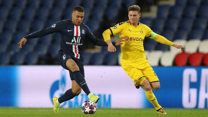 Striker Paris Saint-Germain, Kylian Mbappe, berebut bola dengan pemain Borussia Dortmund pada leg 16 besar Liga Champions di Parc des Princes, Prancis, Kamis (12/3) dini hari WIB. PSG menang 2-0 atas Dortmund. (AFP/GETTY/UEFA)