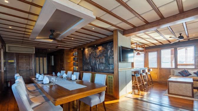 Interior kapal pinisi, The Maj Oceanic. Kapal pinisi ini juga dapat memesan layanan dining by the beach, menggunakan fasilitas pusat kebugaran dan spa, menonton film, serta menjajal pengalaman bermain golf di atas kapal pinisi mewah tersebut. (dok. The Maj Oceanic)