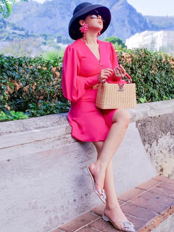 Syahrini memang dikenal selalu berbusana elegan. Menganakan tas mewah dan kacamata besar. Apalagi memang cuaca cerah dan terik, menjadikan gaya busananya pas saat berada di Italia. (Liputan6.com/IG/@princessyahrini)