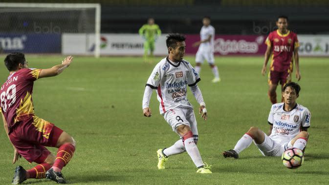 Gelandang Bali United, Muhammad Taufiq, mengirim umpan saat melawan Bhayangkara FC pada laga Liga 1 Indonesia di Stadion Patriot, Bekasi, Jumat (29/9/2017). Bhayangkara menang 3-2 atas Bali. (Bola.com/Vitalis Yogi Trisna)