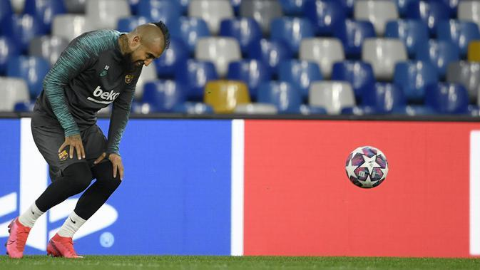 Gelandang Barcelona, Arturo Vidal saat mengikuti sesi latihan tim sebelum pandemi Covid-19. (AFP/Filippo Monteforte)