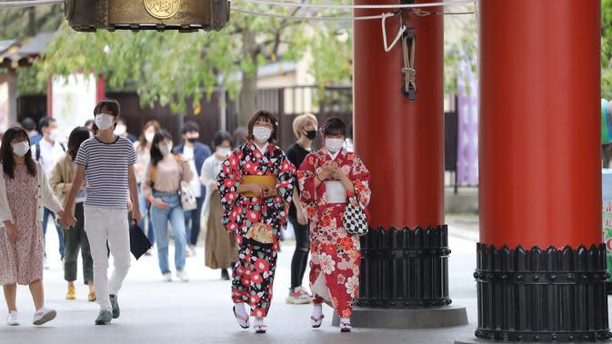 Pengunjung terlihat di lokasi wisata Asakusa, Tokyo, Jepang, 4 Oktober 2020. Jepang memasukkan Tokyo dalam program subsidi perjalanan domestik yang disebut kampanye Go To Travel mulai 1 Oktober, setelah pada Juli lalu Tokyo tidak memenuhi syarat akibat lonjakan kasus COVID-19. (Xinhua/Du Xiaoyi)