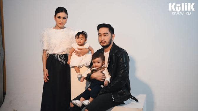 Pemotretan keluarga Syahnaz dan Jeje (Sumber: YouTube/RIOMOTRET)
