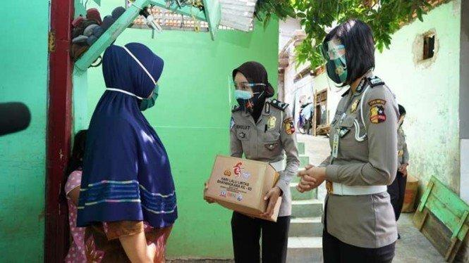 Aksi Polwan Korlantas Polri Bantu Korban Banjir Kali Krukut