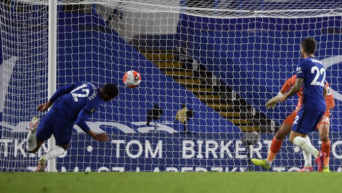 Pemain Chelsea Ruben Loftus-Cheek (kiri) gagal mencetak gol ke gawang Watford pada pertandingan Premier League di Stadion Stamford Bridge, London, Inggris, Sabtu (4/7/2020). Chelsea menang 3-0 dan kembali menggeser Manchester United dari posisi empat klasemen. (Mike Hewitt/Pool via AP)