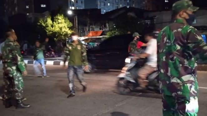 VIVA Militer: Babinsa Koramil 03/GP saat bubarkarn perusuh