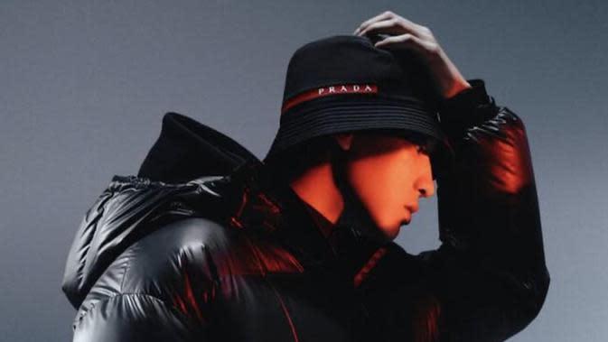 Chanyeol EXO di kampanye terbaru Prada. (dok. Instagram @real__pcy/https://www.instagram.com/p/CF92xpis8G9/)