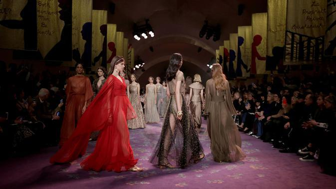 Mencari makna feminisme dan feminitas dalam koleksi terkini Dior Spring/Summer 2020 Haute Couture