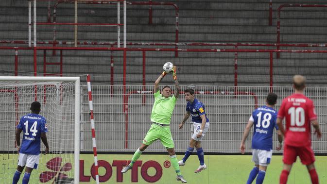 Kiper Union Berlin, Rafal Gikiewicz, menangkap bola saat melawan Schalke pada laga Bundesliga di Weserstadion Minggu (7/6/2020). Kedua tim bermain imbang 1-1. (AP/Michael Sohn)