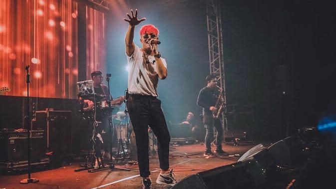 Rizky Febian juga pernah tampil dengan rambut warna terang yaitu merah. Lengkap dengan baju santai dan kacamata hitam, ia sukses menghibur para penggemarnya. (Liputan6.com/IG/@rizkyfbian)