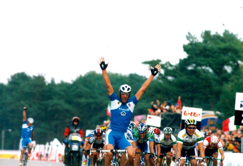 Mario Cipollini wins the 2002 World Championship road race