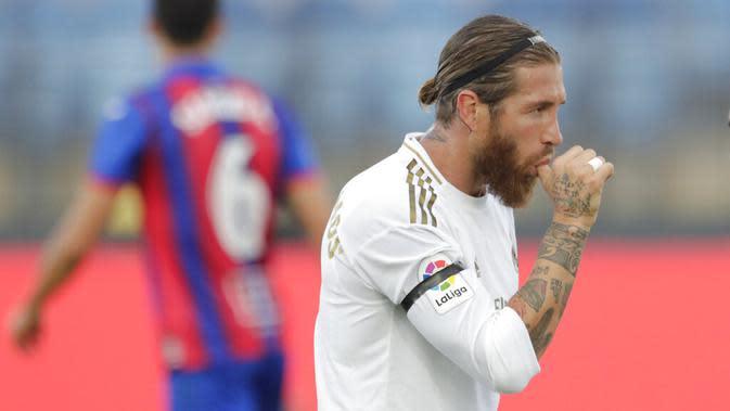 Bek Real Madrid, Sergio Ramos, melakukan selebrasi usai membobol gawang Eibar pada laga La Liga di Estadio Alfredo Di Stefano, Senin (15/6/2020). Real Madrid menang 3-1 atas Eibar. (AP/Bernat Armangue)