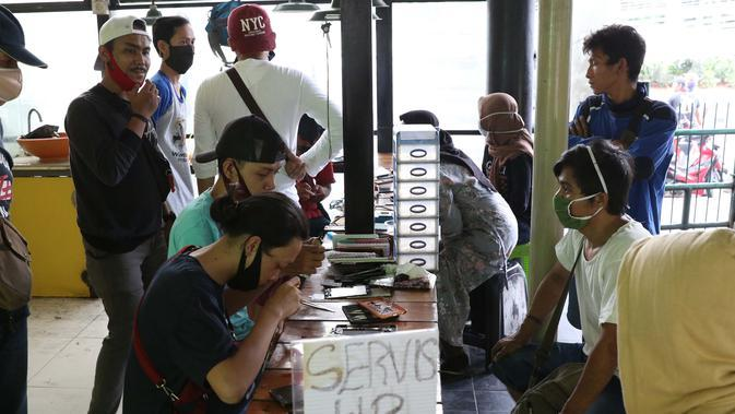Aktivitas penjual jasa perbaikan telepon genggam di sekitar Mall Pusat Grosir Cililitan, Jakarta, Kamis (14/5/2020). Menurut salah satu penjual jasa, aktivitas mereka disebabkan penutupan Mall Pusat Grosir Cililitan sebagai imbas pemberlakuan PSBB. (Liputan6.com/Helmi Fithriansyah)