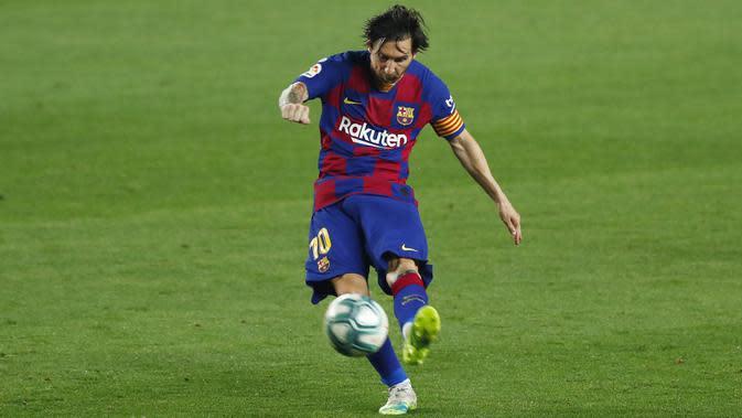 Striker Barcelona, Lionel Messi, melepaskan tendangan ke gawang Athletic Bilbao pada laga La Liga di Stadion Camp Nou, Selasa (23/6/2020). Barcelona menang 1-0 atas Athletic Bilbao. (AP/Joan Monfort)