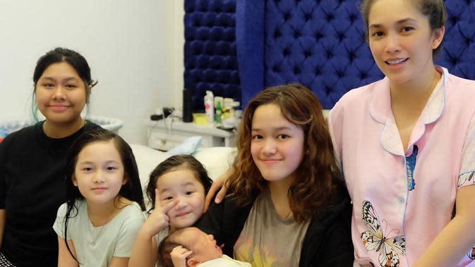 Saat menjawab pertanyaan warganet beberapa waktu lalu, Ussy Sulistiawaty mengaku tidak menggunakan jasa babby sitter dalam mengurus anak-anaknya.(Instagram/ussypratama)
