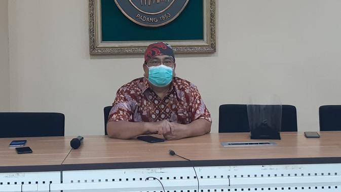 Dikrektur RSUP M Djamil Padang, Yusirwan saat memberi klarifikasi soal meninggalnya bayi Isyana.