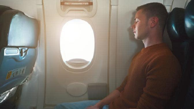 Pintu darurat pesawat di dekat kursi penumpang. (iStockphoto)