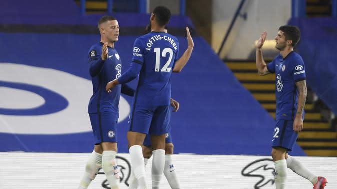 Pemain Chelsea Ross Barkley (kiri) merayakan golnya ke gawang Watford pada pertandingan Premier League di Stadion Stamford Bridge, London, Inggris, Sabtu (4/7/2020). Chelsea menang 3-0 dan kembali menggeser Manchester United dari posisi empat klasemen. (Mike Hewitt/Pool via AP)
