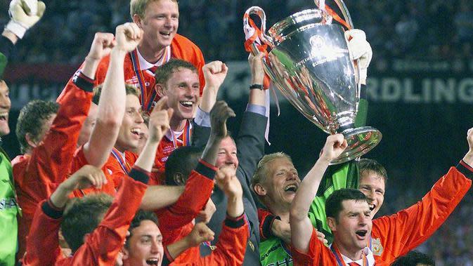 Para pemain Manchester United melakukan selebrasi usai menjuarai Liga Champions di Stadion Camp Nou, Barcelona (26/5/2020). Manchester United menang 2-1 atas Bayern Munchen. (AFP/Eric Cabanis)