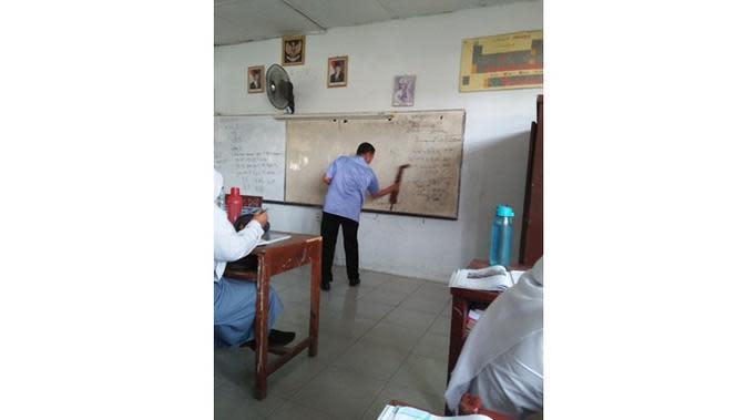 6 Kelakuan Kocak Guru saat Mengajar di Kelas Ini Bikin Kangen Sekolah (sumber: Instagram.com/ngakakkocak)
