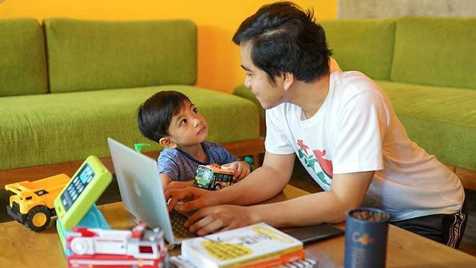Gibran Rakabuming menghabiskan waktu bareng putra sulungnya, Jan Ethes, saat di rumah aja. (dok. Instagram @gibran_rakabuming/https://www.instagram.com/p/B-zJuoYhcf9/Putu Elmira)
