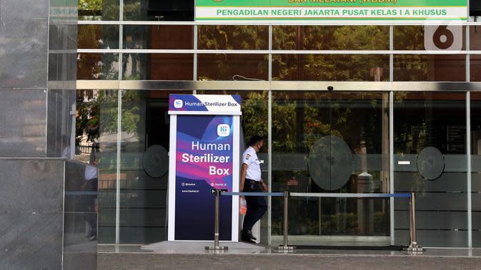 Petugas keamanan mengecek lobby Pengadilan Negeri Jakarta Pusat, Rabu (7/10/2020). Pengadilan Negeri Jakarta Pusat menghentikan aktivitas selama tiga hari terhitung Rabu 7 Oktober hingga 9 Oktober 2020 karena adanya hasil tes pegawai yang reaktif COVID-19. (Liputan6.com/Helmi Fithriansyah)