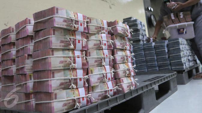 Tumpukan uang di ruang penyimpanan uang BNI, Jakarta, Senin (2/11/2015). Lembaga Penjamin Simpanan (LPS) mencatat jumlah rekening simpanan dengan nilai di atas Rp2 M pada bulan September mengalami peningkatan . (Liputan6.com/Angga Yuniar)