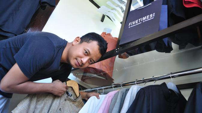 Mantan gelandang Arema FC, Dio Permana, saat ini tengah fokus menjalani usaha baju muslim, FIVETIMES. (Bola.com/Iwan Setiawan)