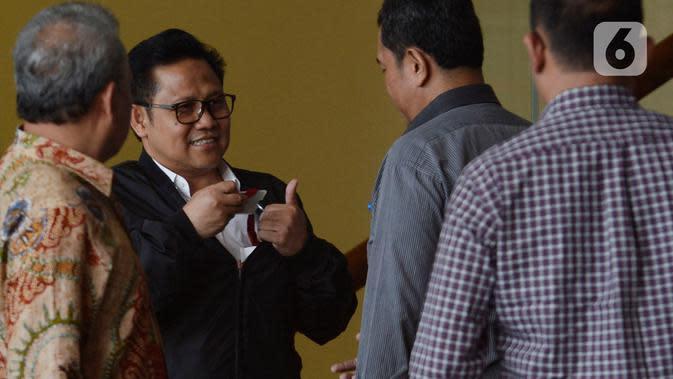 Wakil Ketua DPR RI Muhaimin Iskandar (kedua kiri) berbincang usai menjalani pemeriksaan di Gedung KPK, Jakarta, Rabu (29/1/2020). Muhaimin yang akrab disapa Cak Imin dimintai keterangan untuk melengkapi berkas tersangka Komisaris PT Sharleen Raya JECO Group Hong Arta. (merdeka.com/Dwi Narwoko)