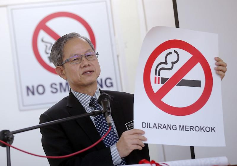 Deputy Health Minister Dr Lee Boon Chye holding up a 'No Smoking' poster during a press conference in Ipoh March 8, 2019. ― Picture by Farhan Najib