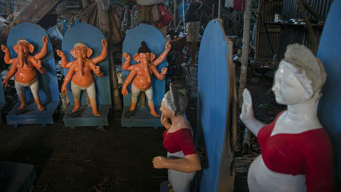 Patung-patung Dewi Durga terlihat jelang Festival Durga Puja di Gauhati, India, Jumat (16/10/2020). Para pejabat kesehatan memperingatkan tentang potensi penyebaran COVID-19 selama musim festival keagamaan dengan pertemuan besar di kuil dan distrik perbelanjaan. (AP Photo/Anupam Nath)