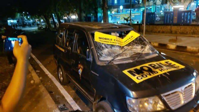 Demo Omnibus Law di Bandung rusak mobil COVID Hunter