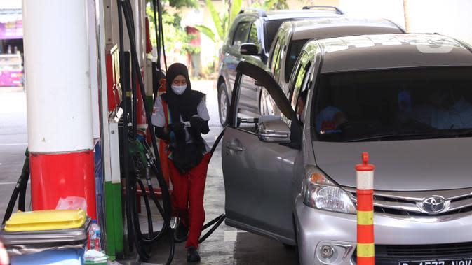 Petugas melayani pengisian bahan bakar miyak ke kendaran konsumen di SPBU, Jakarta, Kamis (18/6/2020). PT Pertamina (Persero) berencana melakukan simplifikasi produk BBM yang tidak ramah lingkungan yang mempunyai kadar Research Octane Number (RON) di bawah 91. (Liputan6.com/Angga Yuniar)