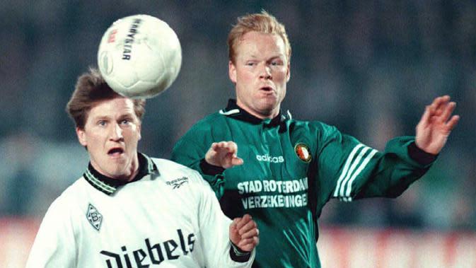 Ronald Koeman (196 gol) - Pemain asal Belanda ini pernah bermain untuk Barcelona, Ajax, Feyenoord. Selama kariernya di dunia sepak bola, Koeman telah mengkoleksi 196 gol dari total 566 laga di semua klub yang pernah dibelanya. (AFP/Oudenaarden/Kluiter)