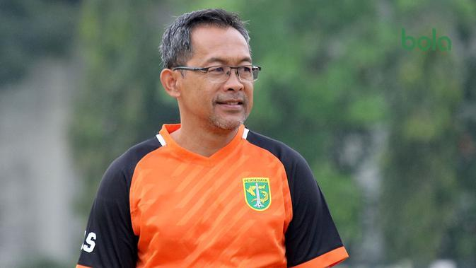 Aji Santoso, pelatih Persebaya. (Bola.com/Aditya Wany)